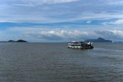 朴蒙山海滩码头和潜水小船旅行Trang,泰国 免版税库存图片