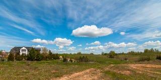 8朵添加大蓝色云彩遥远的容易的eps调遣五前景格式绿色横向草甸计划红色农村天空春天那里郁金香村庄 村庄的看法在蓝色多云天空下 免版税库存图片