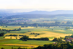 8朵添加大蓝色云彩遥远的容易的eps调遣五前景格式绿色横向草甸计划红色农村天空春天那里郁金香村庄 库存图片