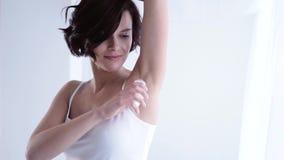 机体关心英尺健康温泉水妇女 使用球防臭剂的妇女为腋窝皮肤 股票视频