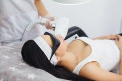 机体关心英尺健康温泉水妇女 激光头发撤除 Epilation治疗 平稳的皮肤 库存照片