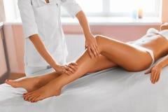 机体关心英尺健康温泉水妇女 7温泉 人的腿按摩在温泉沙龙的 免版税库存图片