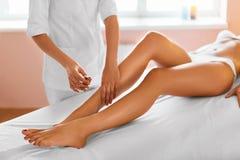 机体关心英尺健康温泉水妇女 7温泉 腿按摩疗法 免版税库存照片
