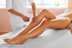 机体关心英尺健康温泉水妇女 7温泉 腿按摩疗法 库存照片