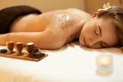 机体洗刷 美丽的金发碧眼的女人得到盐洗刷秀丽治疗 免版税库存照片