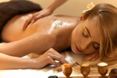 机体洗刷 美丽的金发碧眼的女人得到盐洗刷秀丽治疗 库存图片