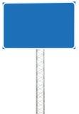 机动车路公路交叉点行驶方向信息标志盘区牌,大被隔绝的空白的空的蓝色拷贝空间路旁标志 免版税库存照片