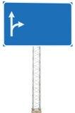 机动车路公路交叉点行驶方向信息标志盘区牌,大被隔绝的空白的空的蓝色拷贝空间路旁标志 免版税库存图片