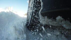 机器一个困难的地形移动 所有在雪,在苛刻的情况的SUV 影视素材