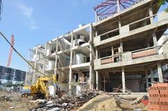 机器为在泰国拆毁或拉下建筑结构 免版税库存图片