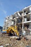 机器为在泰国拆毁或拉下建筑结构 免版税库存照片