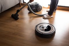 机器人与人拖把的吸尘器地板 聪明的生活 库存照片