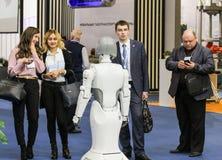 机器人与人联络 免版税库存图片