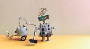 机器人吸尘器机器 客房服务概念 创造性的设计玩具靠机械装置维持生命的人清洁地板 灰色墙壁黄色 免版税库存图片