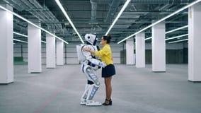 机器人和女孩拥抱,招呼和谈话 影视素材
