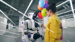 机器人和妇女举行气球在手上 影视素材