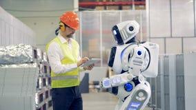 机器人和工厂劳工见面并且沟通 4K 股票视频