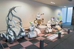 机器人和电动车是一个特色陈列在Toyo 免版税库存照片