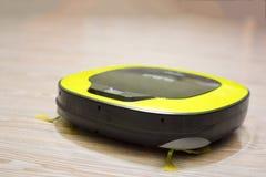 机器人在地板上的吸尘器特写镜头 免版税库存照片