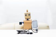 机器人在它的手上拿着一个太阳能电池有一根导线的,在 库存照片
