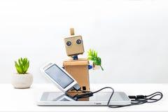 机器人在手上拿着一个太阳能电池被连接到片剂 库存图片