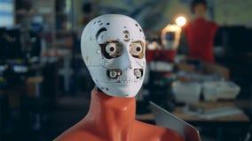 机器人头附有时装模特身体移动它的眼睛 影视素材