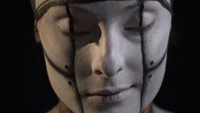 机器人妇女打开她的眼睛和咧嘴 影视素材