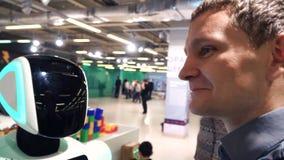 机器人学技术 与机器人的人谈话 有照相机扫描人的4k机器人头 影视素材