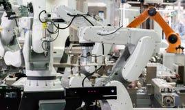 机器人工业4 0事技术使用控制器的机器人胳膊和人 免版税库存图片