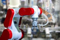 机器人工业4 0事技术使用controlle的机器人胳膊和人 免版税图库摄影
