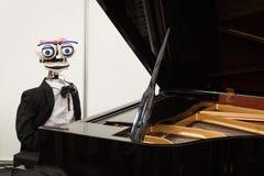 机器人弹钢琴的在机器人和制造商显示 库存照片