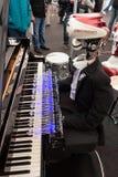 机器人弹钢琴的在机器人和制造商显示 免版税库存照片