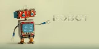机器人技术概念 IT专家靠机械装置维持生命的人玩具,兴高采烈的红色顶头蓝色显示器身体 在灰棕色的机器人数字式消息 库存图片