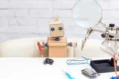 机器人收集在一个太阳能电池的机器 人为  库存照片