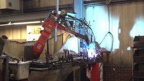 机器人焊接的零件在工厂 股票录像