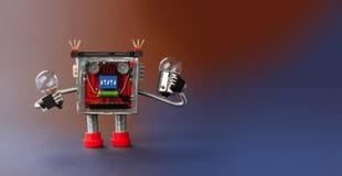 机器人玩具电灯泡灯在手中 乐趣在蓝色梯度背景,拷贝空间的靠机械装置维持生命的人字符 宏观看法 库存图片