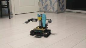 机器人由设计师,在地板上的驱动做了在公寓 股票录像