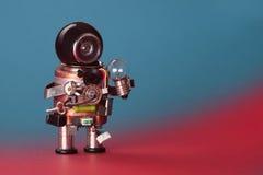 机器人电工电灯泡 巡回插口芯片玩具靠机械装置维持生命的人,滑稽的黑盔甲头 复制空间,蓝色红色梯度 库存照片