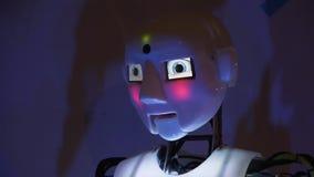 机器人移动它的头并且加宽它的眼睛 颜色照明设备变动 影视素材