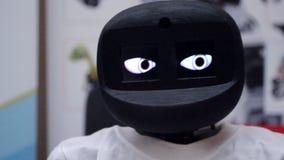 机器人移动它的头并且眨眼睛它的眼睛特写镜头 股票录像