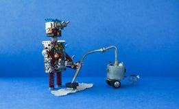 机器人管理员吸尘的地毯 更加干净的机器创造性的设计机器人玩具清洁家,蓝色地板墙壁公寓 免版税库存图片