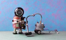 机器人管理员吸尘 更加干净的机器创造性的设计机器人机器人清洁家,蓝色桃红色绿色公寓 免版税库存图片