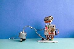 机器人管理员吸尘 更加干净的机器创造性的设计机器人玩具清洁家,绿色地板蓝色墙壁公寓 免版税库存照片