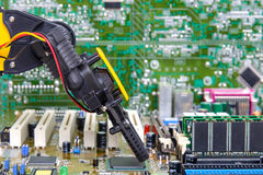 机器人胳膊和计算机芯片 库存照片