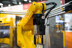 机器人胳膊在工厂 免版税库存图片
