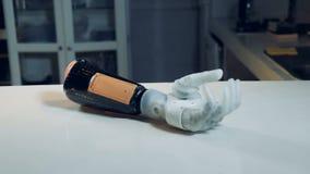 机器人胳膊移动它的手指,当说谎在桌上时 影视素材