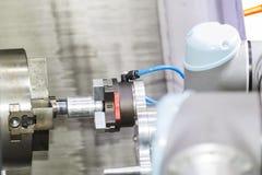 机器人胳膊自动装载和卸载CNC转动的零件 免版税图库摄影