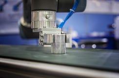 机器人胳膊钳位样品和调动在传动机 免版税库存图片