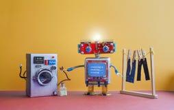 机器人自动化洗衣房 与消息清洁,洗涤物的机器人洗衣机,电烙 银色洗衣机,人` s 库存图片