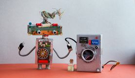 机器人自动化洗衣房 银色洗衣机,内部灰色的墙壁,红色地板 滑稽的玩具创造性的设计 免版税库存照片